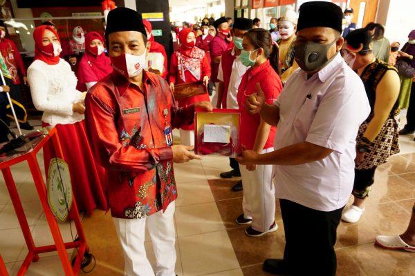 Rayakan HUT Ke-75 Kemerdekaan RI, RSUD dr. Iskak Bagikan Ribuan Masker